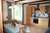 Wohnküche mit Essecke und Zugang Balkon